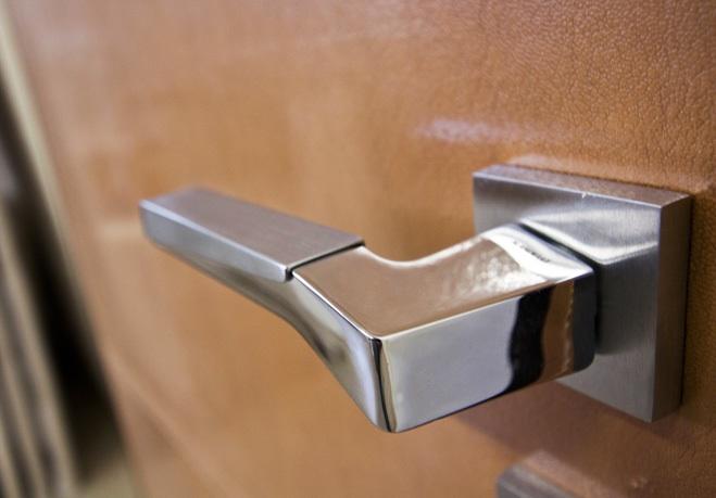 abitazione-privata-Mosca-particolare-rivestimento-porta