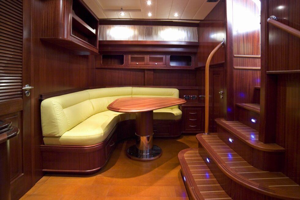 yacht-privato-pavimento-zona-living